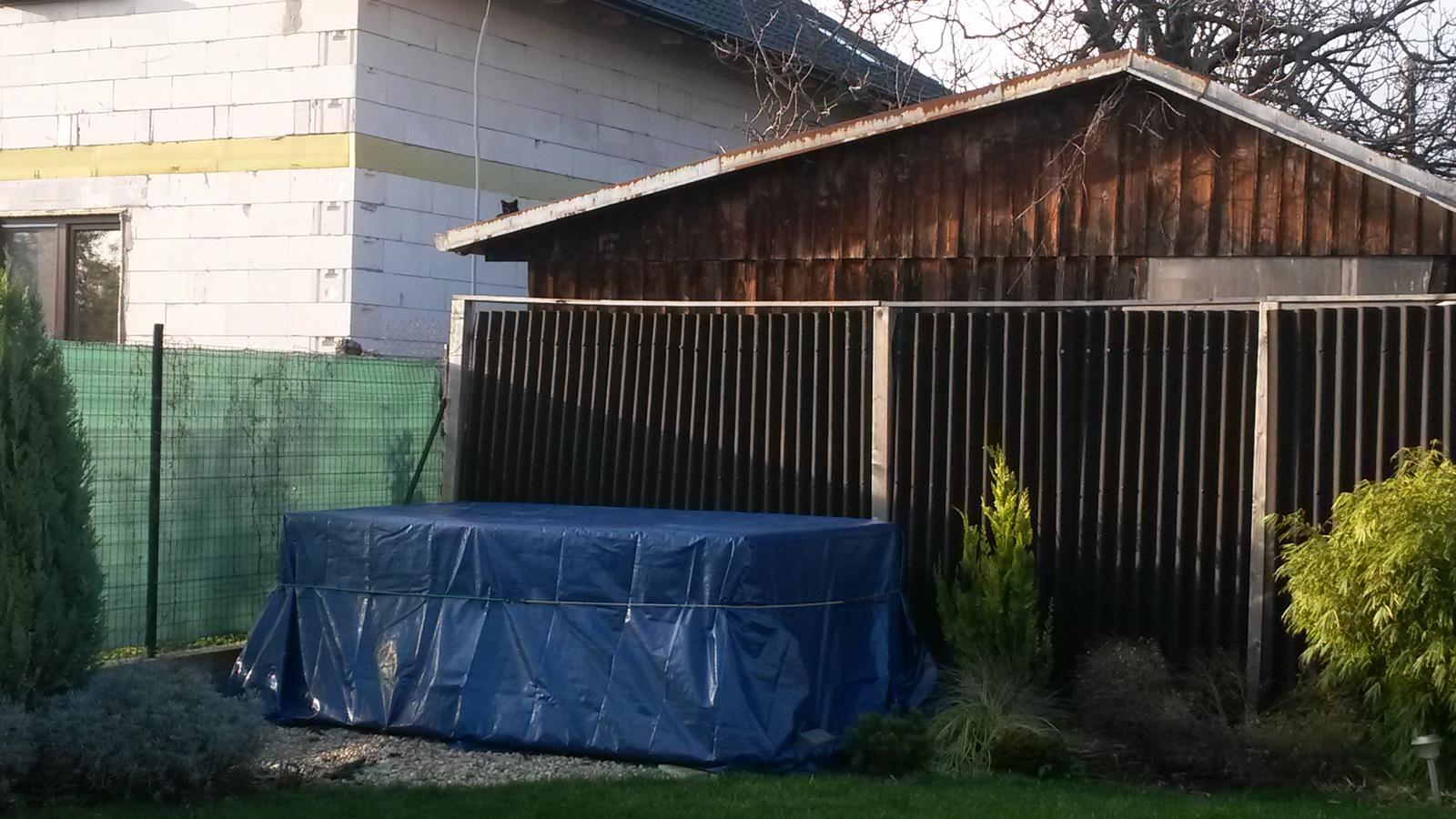 Voda v záhrade - Už čaká zabalený. Buď ostane v tejto polohe alebo ho otočím pozdĺžne zeleného plota.