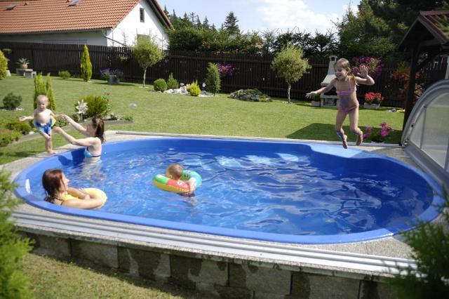Voda v záhrade - Povodne bol toto favorit. Maly bazenik aj so schodikami. Ale vraj sa neda umiestnit ako nadzemny.