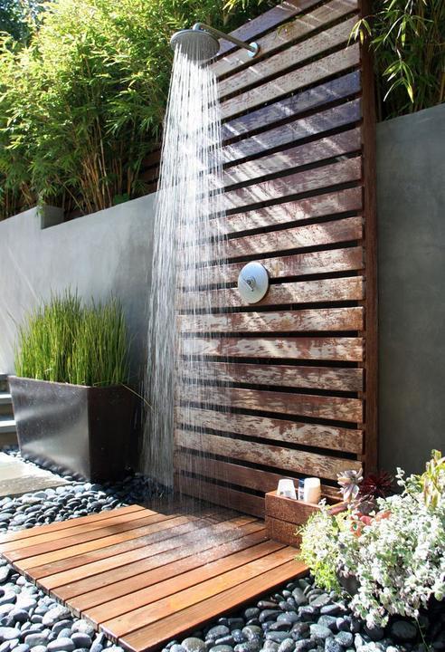 Voda v záhrade - Tato sprcha je velmi pekna. K bazenu nieco take bude asi tiez treba.