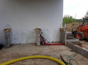 Priprava na osadenie betonoveho pultu v letnej kuchyni na terase