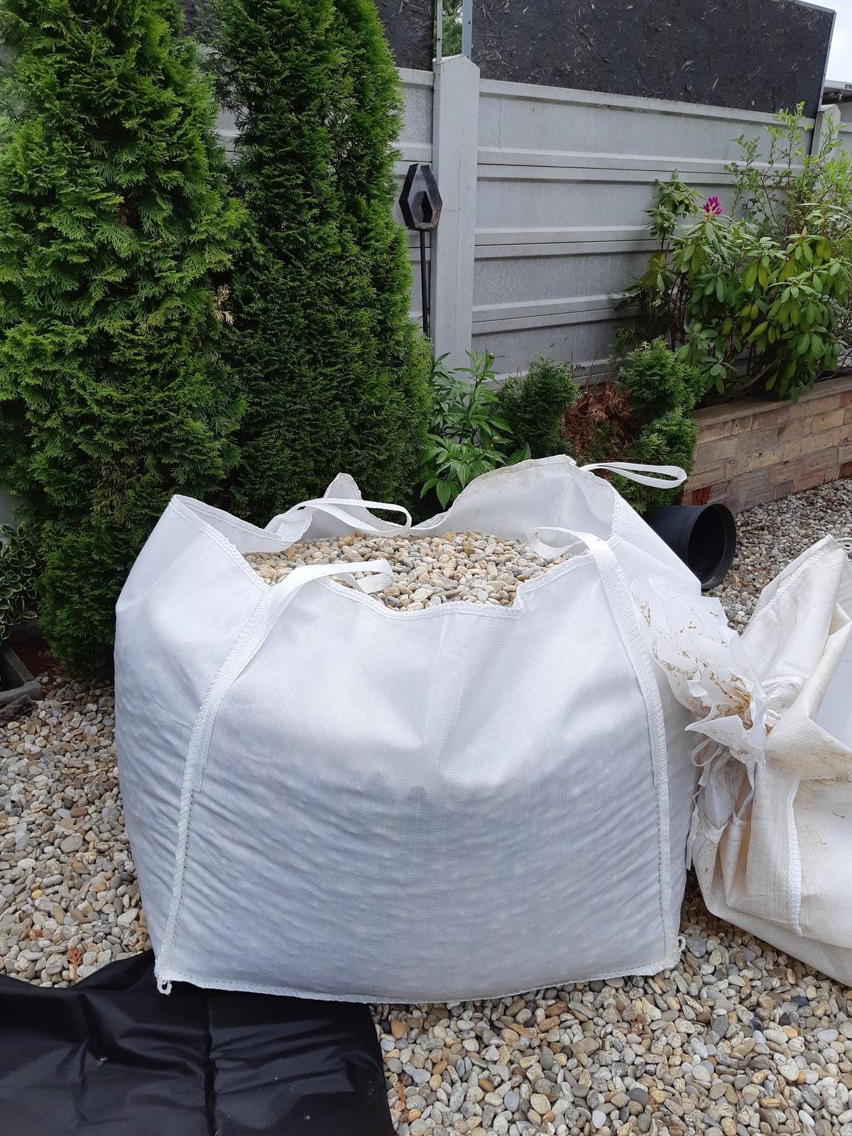 Záhradka - A potom sa okolie upravi strkom. Same nie, ja to urobim. Menim postupne vsade v zahonoch koru za strk.