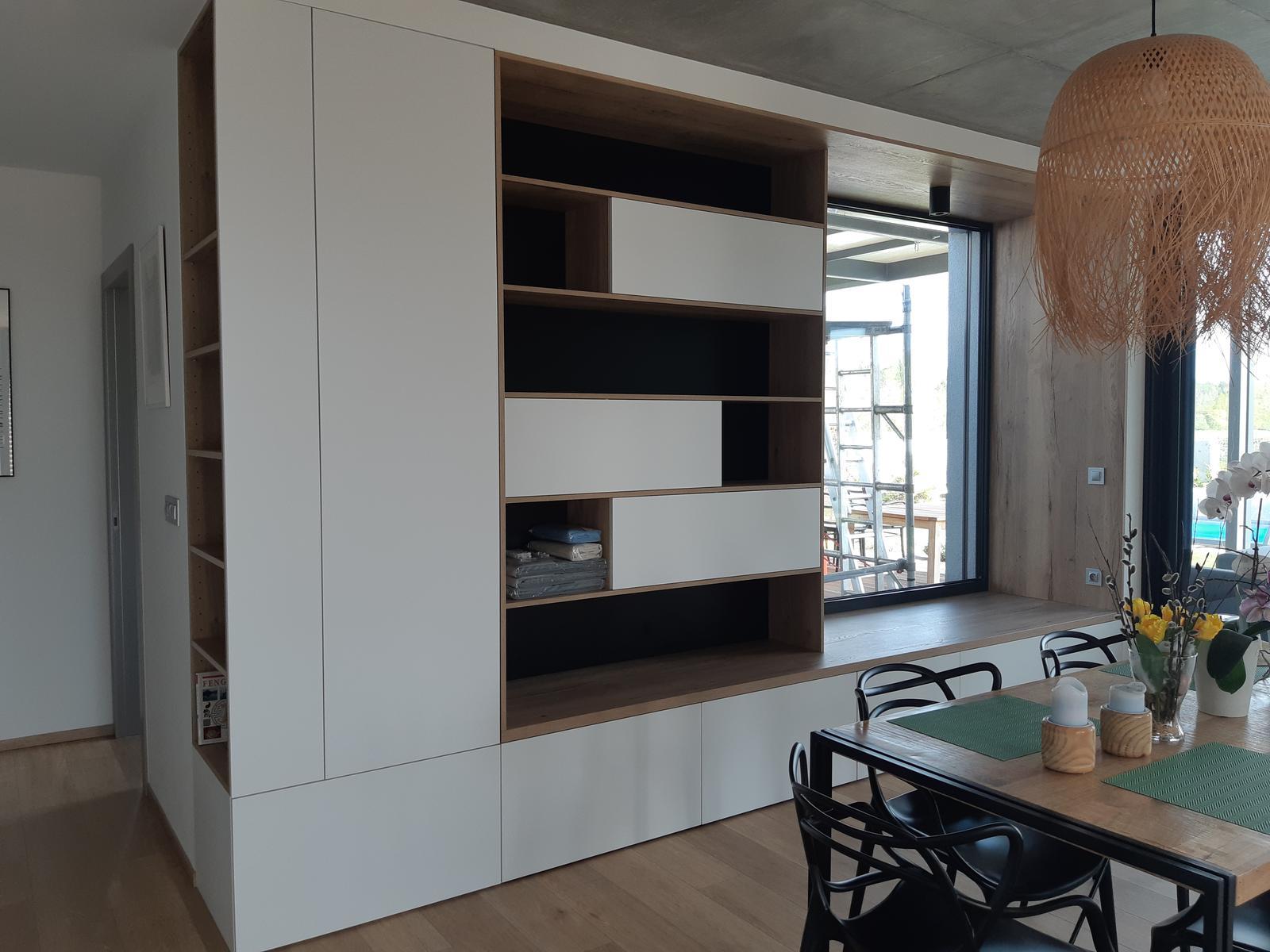 Obývačka- knižnica, sedília a pracovné miesto - Skoro hotovo. Sa tesim az budem pit kavu v okne. Musim zabezpecit nieco pod prdel, lebo to hrozne tlaci. 😎