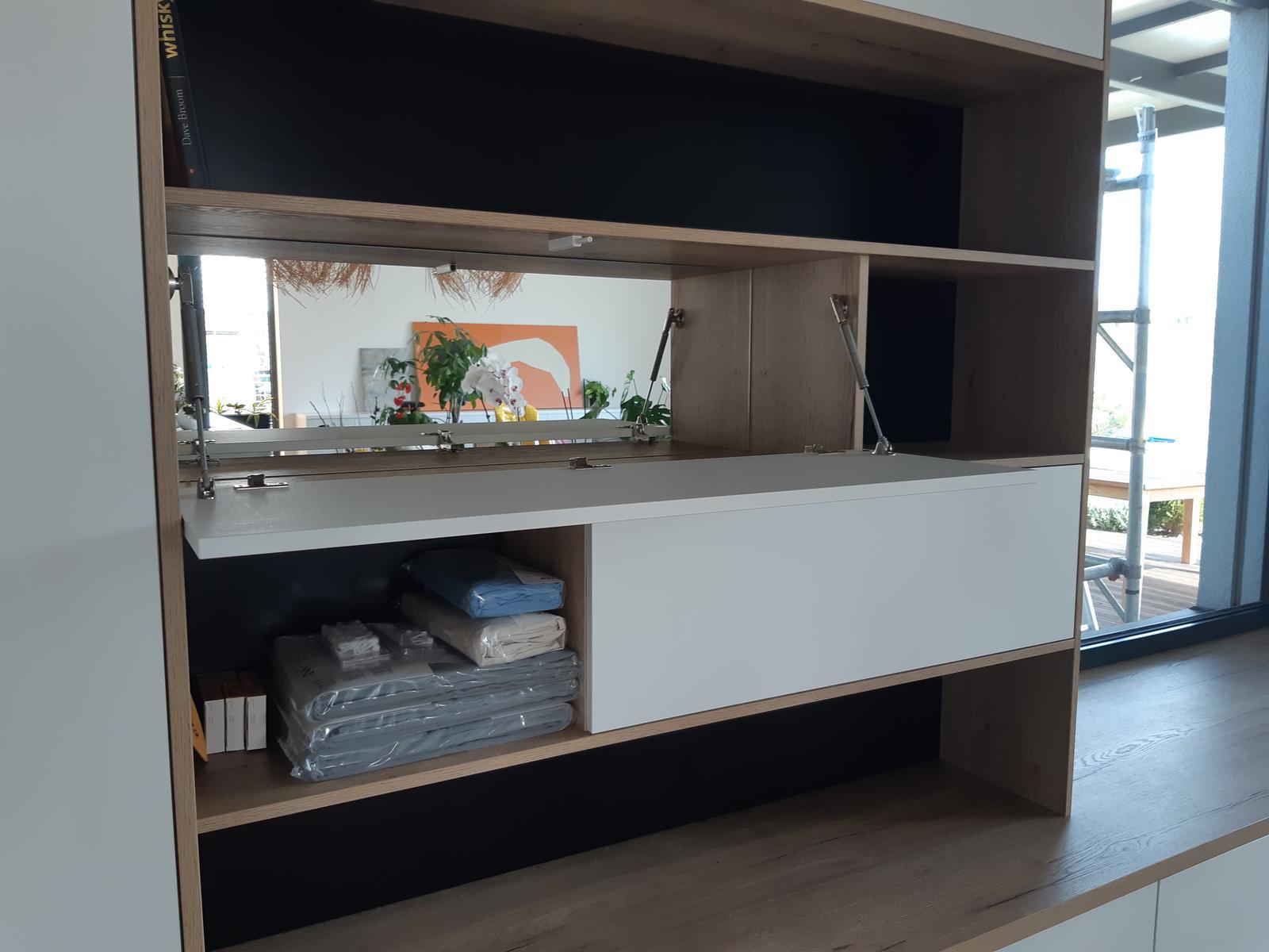 Obývačka- knižnica, sedília a pracovné miesto - Barova skrinka. Dali sme si tam gycovo aj zrkadlo.