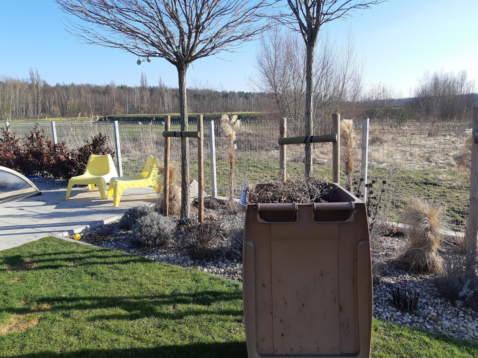 Záhrada - nekonečný príbeh - Striham vsetko suche. Zatial okrem trav a hortenzii.