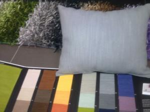 NADOP. Dole vzorník látek sedačky - uvažuji o té tmavě šedé (polštářek je světle šedá) a k tomu koberec šedo-černý...
