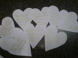srdce s citáty se pověsi na strom, pod altán, někam:-)
