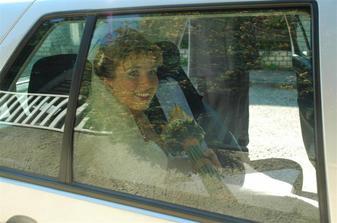 Nevesta v svadobnom aute