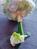Bílo-zelenožlutá-krémová kytice + korsáž ženichovi,