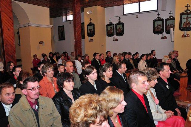 Lucia Kušnierová{{_AND_}}Anton Kováčik - svadobni hostia v kostole