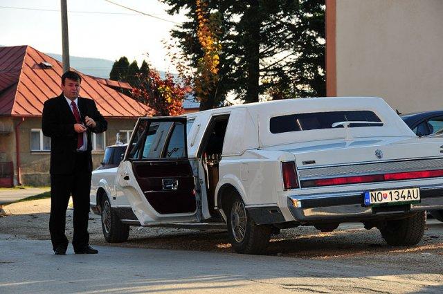 Lucia Kušnierová{{_AND_}}Anton Kováčik - uz nas cakala objednana limuzina (konecne auto kde som vosla so satami :)