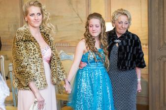 z ľava - mamka, moja uplakaná segra, a babka :-)