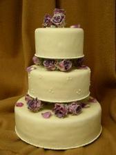 stojan už je taky doma, je z nerezu a dort bude mít tři patra a budou tam na něm živé květy