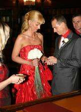 prstýnek se podařilo navléknout až na třetí pokus s pomocí nevěsty :-)