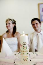 už zapálená svíčka na stole