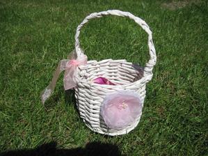 Vlastní výroba - košíček pro mou malou družičku - upleteno z papíru a kytička z organzy a korálek.