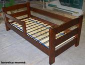 Detská drevená posteľ so zábranou,