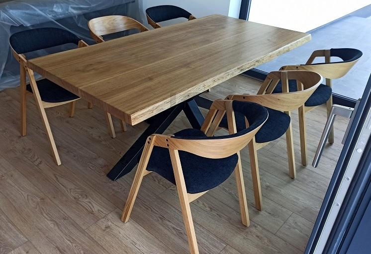 Spokojní zákazníci - stolová doska 190x90 cm, dub prírodný, olejovosk, neosamované kraje, kovová podnož - čierna matná, bez stoličiek (Galanta)