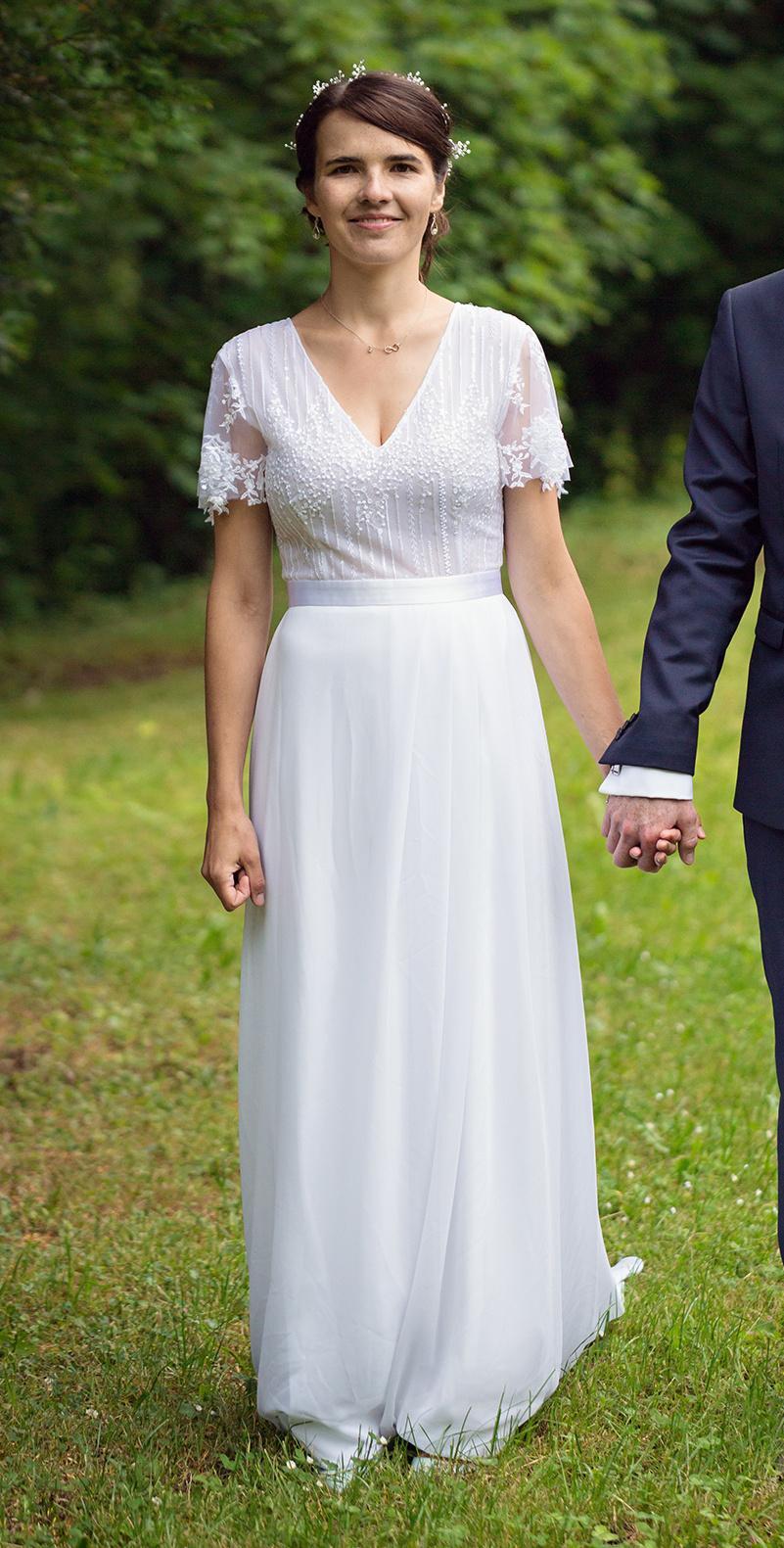 Splývavé svatební šaty s krajkou - Obrázek č. 1