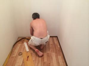 A už sa lištuje. Keďže komoda bude pri stene, nezvolili sme klasické lišty, ale tenké naliepacie, aby sme nemali fúgy.