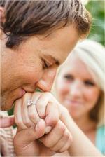 fotka s prstýnkem.. v pozadí nevěsta..