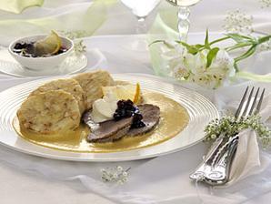 hlavní menu - svíčková s brusinkami, šlehačkou a citrónem, knedlík