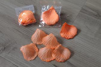 okvětní lístky růží - oranžové