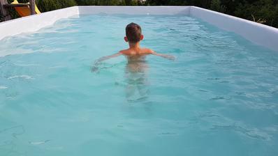 Načo platiť štvornásobok za modrú fóliu, keď je voda modrá :-)