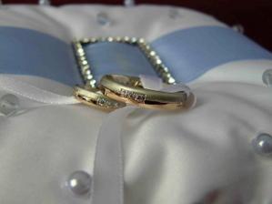 Naše snubní prstýnky. Nechávali jsme si je dělat ve zlatnictví v Lužicích.