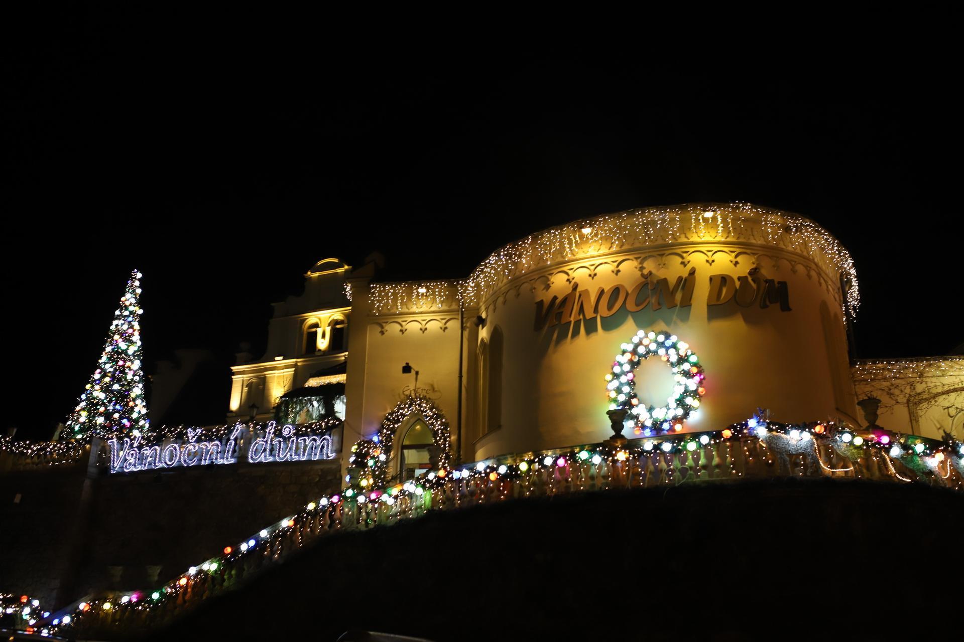 K našemu adventu  patří i návštěva Vánočního domu v Karlových Varech. Kdo nezná, určitě stojí za návštěvu! Více foto a informací na instagramu giselle.cz - Obrázek č. 1