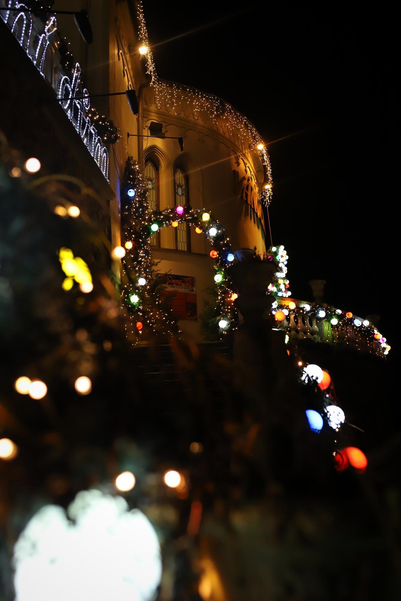 K našemu adventu  patří i návštěva Vánočního domu v Karlových Varech. Kdo nezná, určitě stojí za návštěvu! Více foto a informací na instagramu giselle.cz - Obrázek č. 2