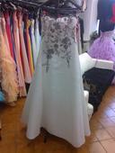 Svatební šaty s ručně vyšívanou krajkou, 40