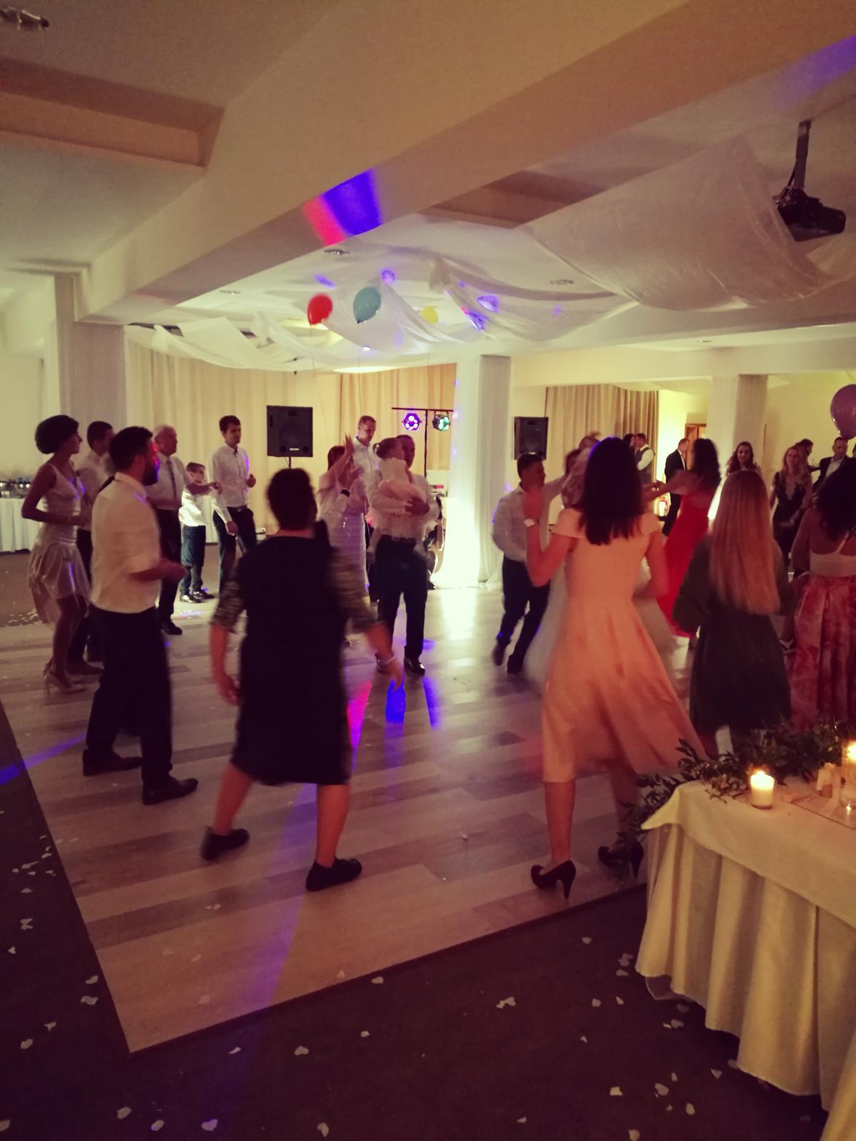 Hotel a jazdecký areál Rozálka Pezinok - Andrejka a Richard, výborná svadobná dvojica so skvelými a vytrvalými tanečníkmi naokolo - Hotel a jazdecký areál Rozálka Pezinok - Andrejka a Richard, výborná dvojica so skvelými a vytrvalými tanečníkmi naokolo