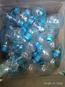 Vázičky z žárovek s modrým provázkem,