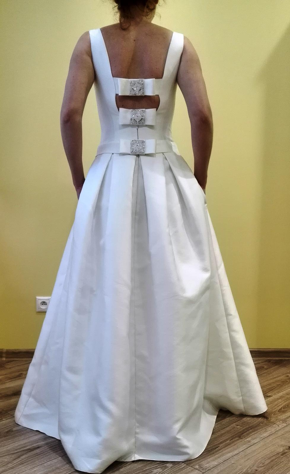 Rafinovane jednoduché svadobné šaty - Obrázok č. 2