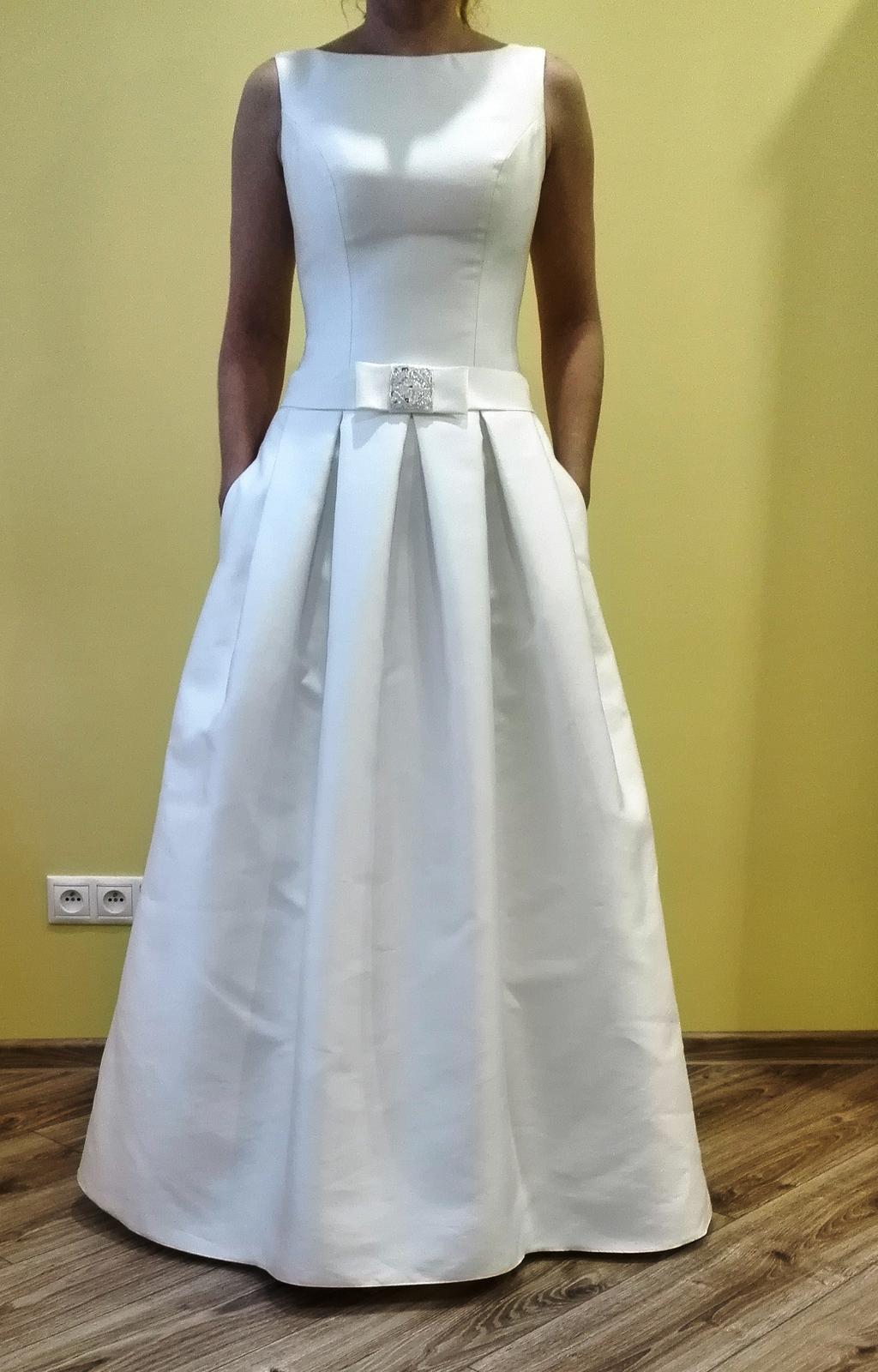 Rafinovane jednoduché svadobné šaty - Obrázok č. 3