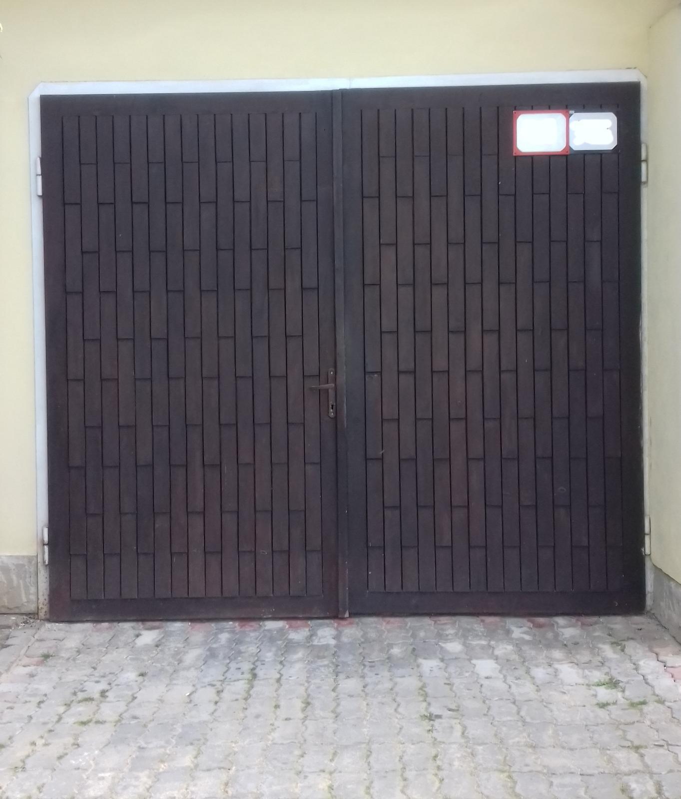 Garážová brána - dvojkrídlová, tepelne izolovaná - Obrázok č. 1