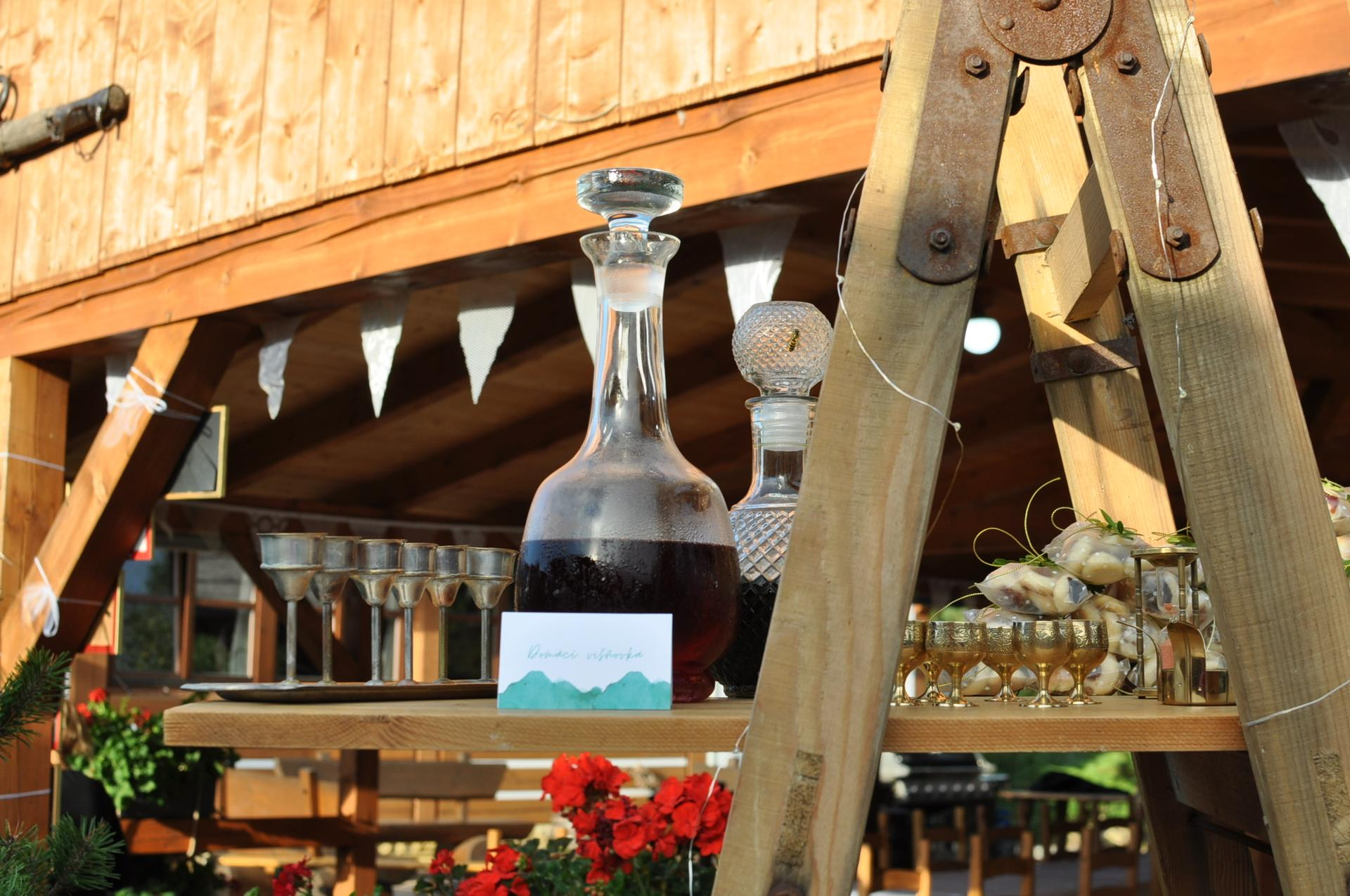 Anna         {{_AND_}}         Tomáš - Na štaflích byl kromě výslužek alternativní bar z různých domácích likérů, který se těšil velké oblibě :-)