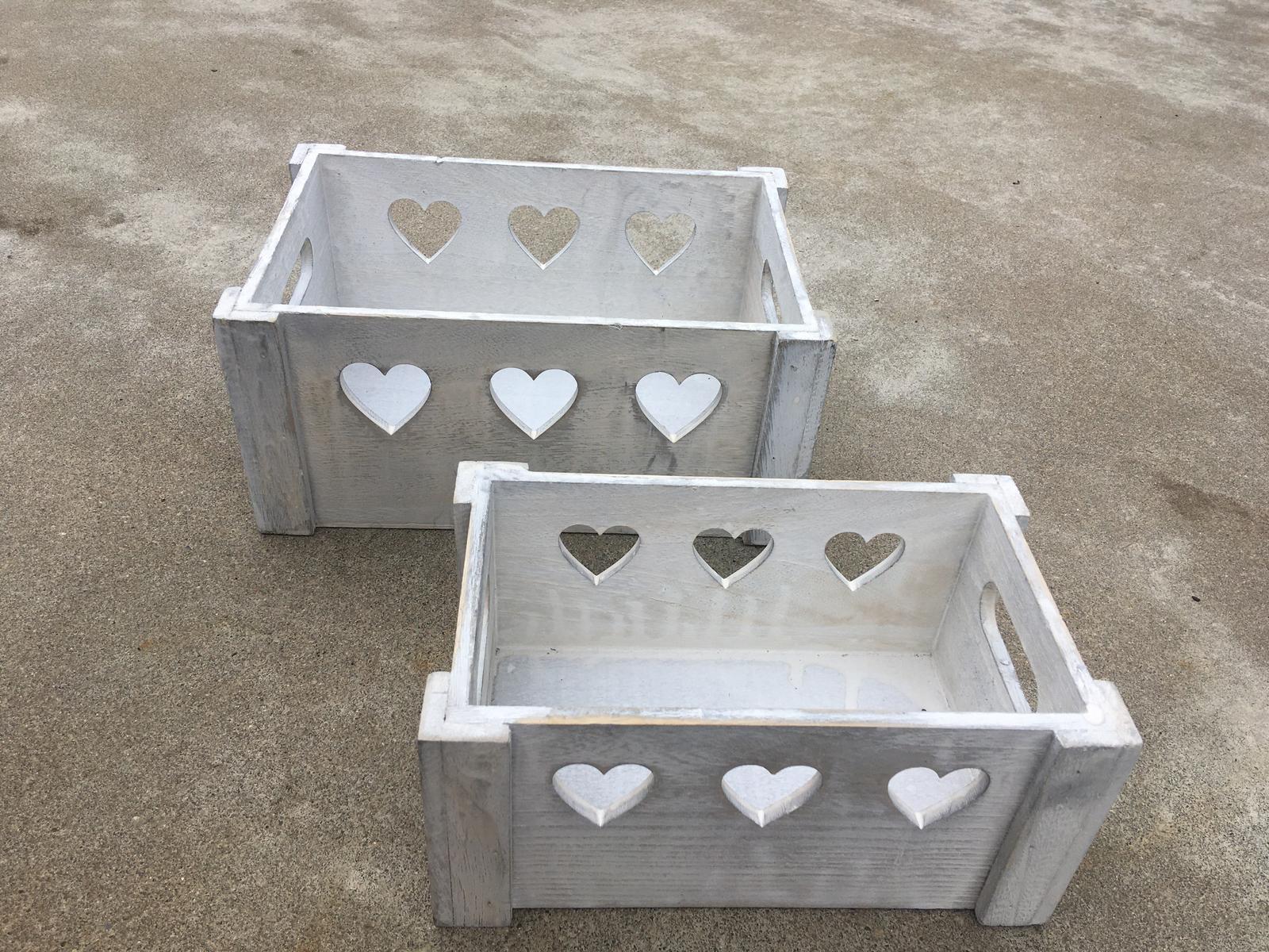 Bílé dřevěné bedýnky s motivem srdce - Obrázek č. 1