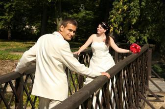 v parku na mostku