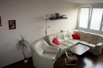 Hotová malba a přesunut nábytek, jsme nadšení bez těch barevných stěn to vypadá hned čistěji :-)