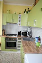 Kuchyn...předělaná konec roku 2009. Korpus je původní, jen nové dvířka a pracovní deska a dodělané do rohu.