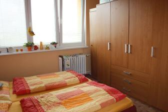skřín dáme místo komody a postýlky a tu malou skřín vyhodíme a postel taky
