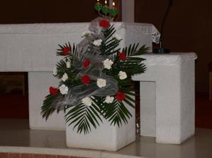 Výzdoba v kostole bola červeno-biela.