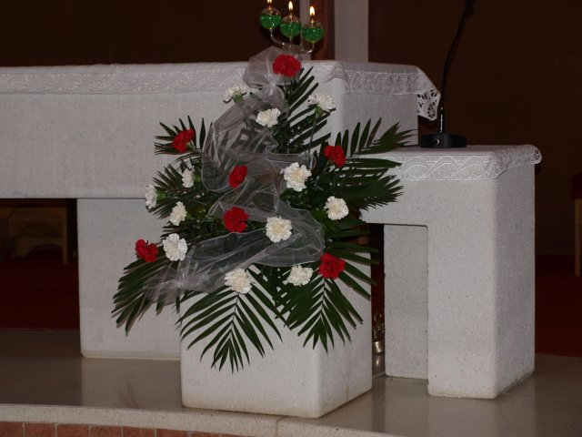 Vladimíra Grumelová{{_AND_}}Vladimír Vislocký - Výzdoba v kostole bola červeno-biela.