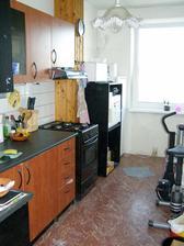 takto vyzerala povodne kuchyna, z ktorej mame teraz kupelnu:D