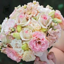 Tak kytička bude dělaná podle tohoto vzory, ale skládat se bude z hortenzií, růží, hryzantén, barvy tyrkysová, smetanová, světle růžová:-) Sama jsem zvědavá jaká nakonec bude:-D