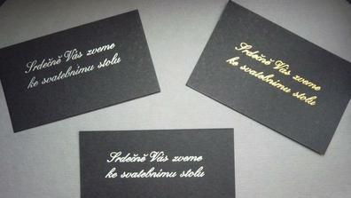 Vybíráme barvu písma na oznámení - zlatou jsme zavrhli rovnou, ale mezi stříbrnou a bílou pořád váháme.