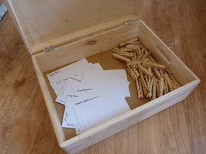 Kniha hostů má nový kabátek :o) Ještě nazdobím kolíčky a vedle budou ve vázičce tužky