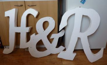 písmenka z polystyrenu jsou hotová. Ještě je obalím bílým krepákem a H dostane mašličku :o)