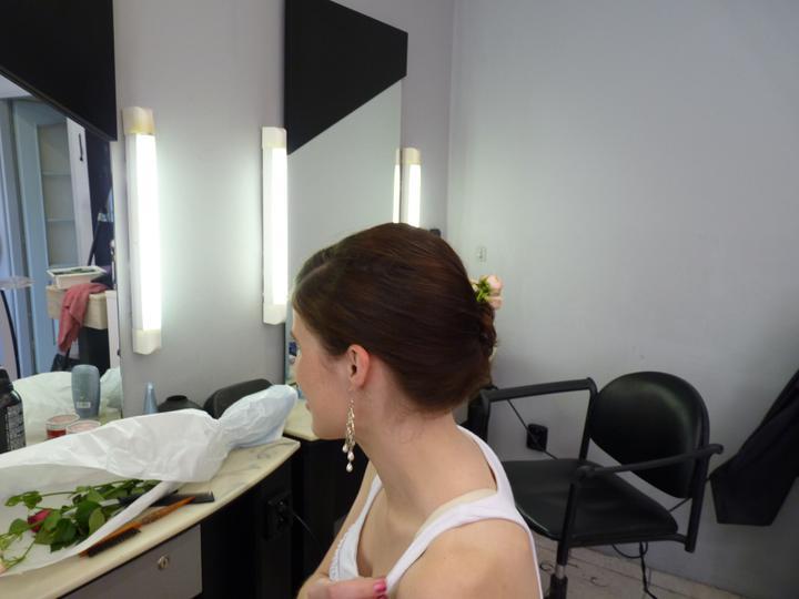 Zkoušky šatů, účesů a později i líčení - Druhá strana - jen hladké vlasy.